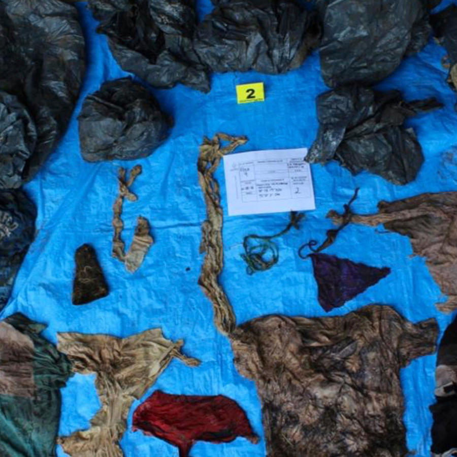 Objetos y restos de ropa hallados en fosa clandestina en Veracruz