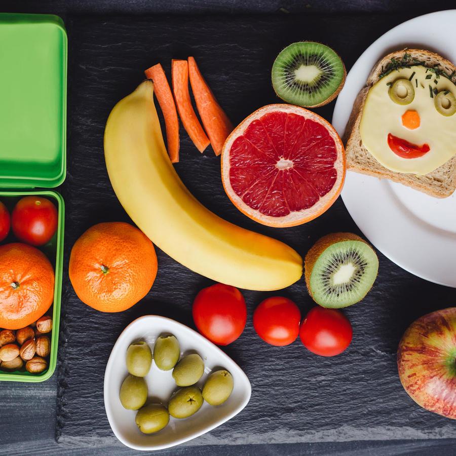 Lonchera escolar con sándwich y vegetales frescos