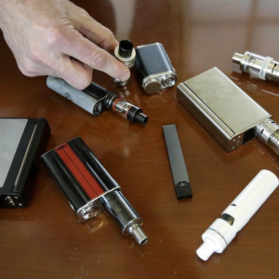 El director de la escuela secundaria de Marshfield, Robert Keuther, muestra dispositivos de vapeo que fueron confiscados a los estudiantes en lugares tales como baños o pasillos de la escuela en Marshfield, Mass.Steven Senne / AP file