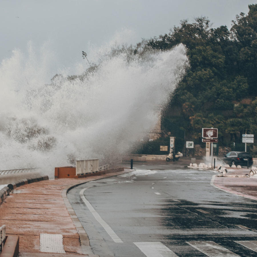 Una gran ola impacta contra una calle
