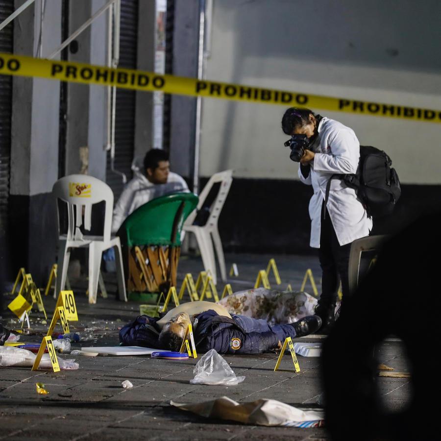 Una persona toma fotos a los cadáveres en la plaza Garibaldi en México