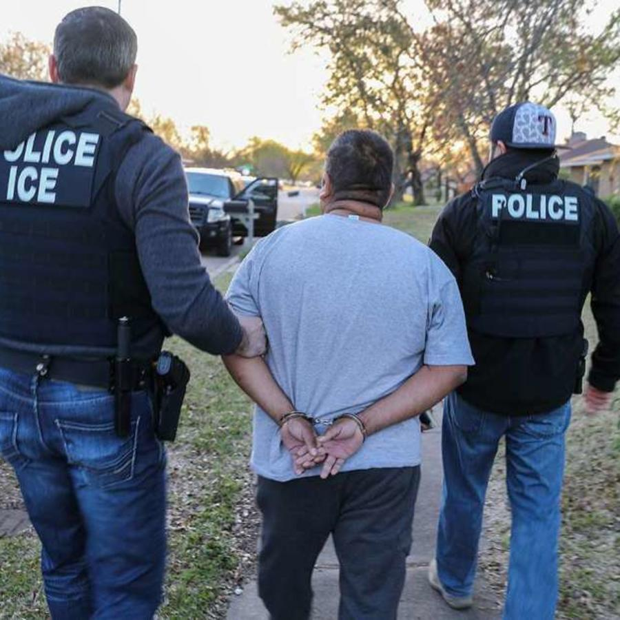Foto de archivo: agentes de ICE arrestan a un indocumentado
