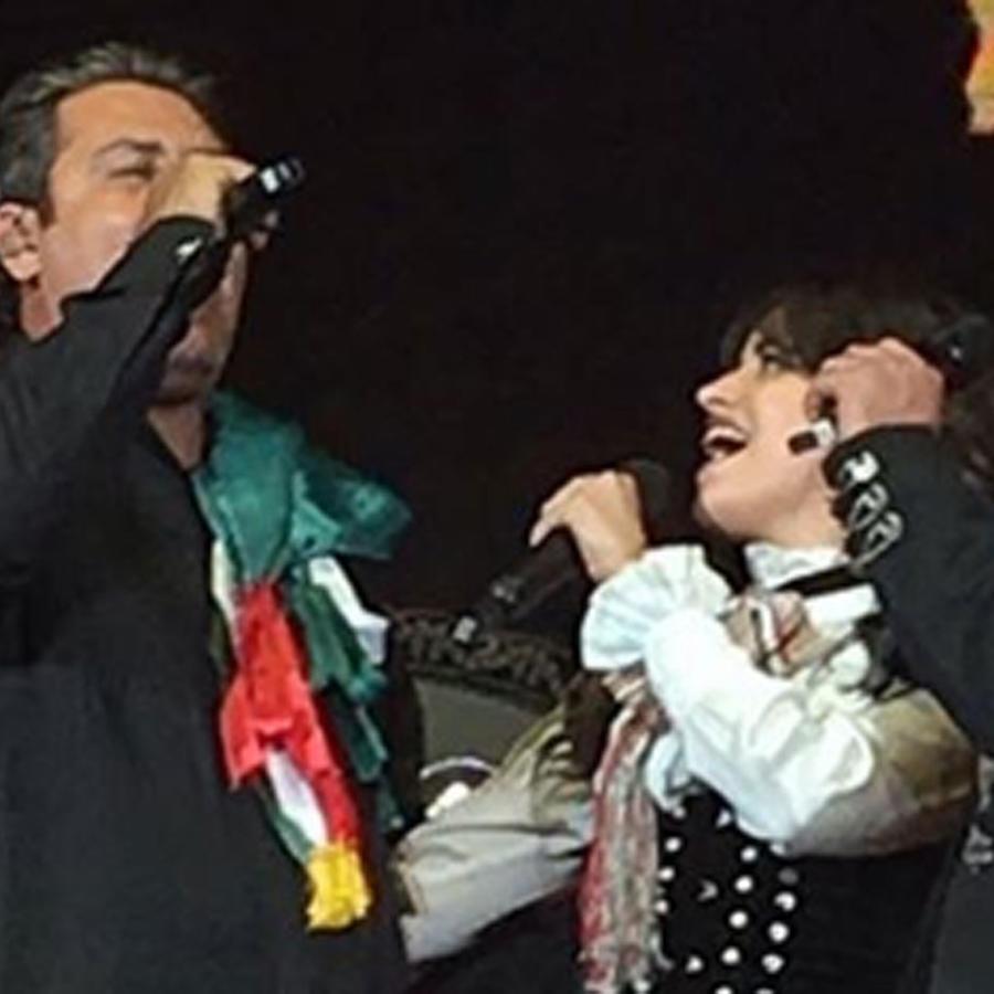 Camila Cabello cantando con su papá