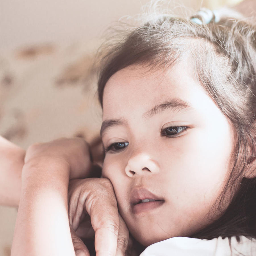 Niña pequeña enferma, en cama