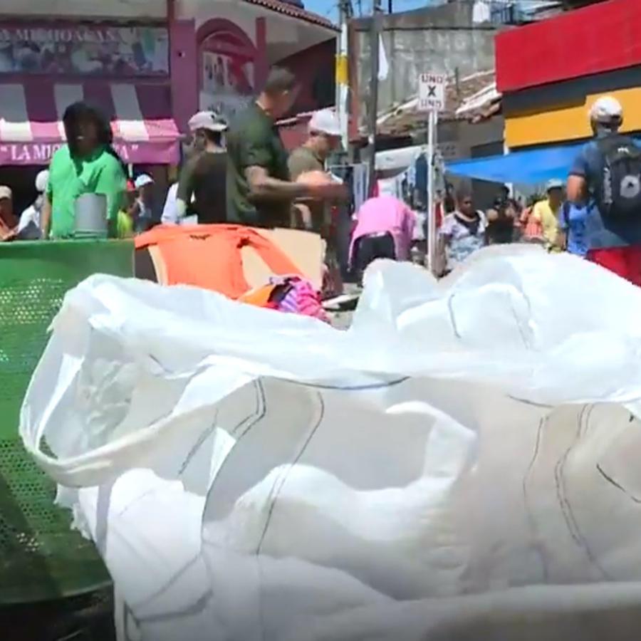 Habilitan bolsas extras de basura para que integrantes de caravana levanten lo que ensucian a su paso