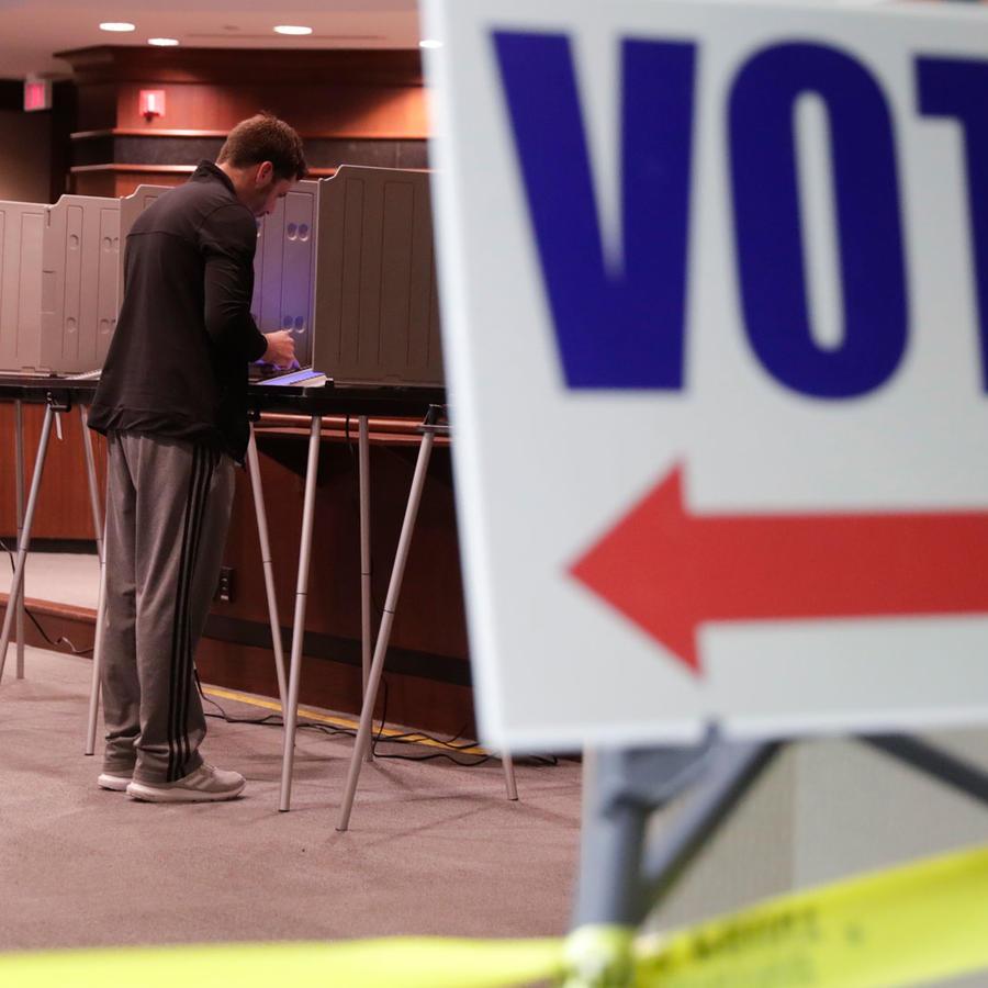 Un centro de votación para las elecciones de medio término del martes 6 de noviembre en una imagen de archivo
