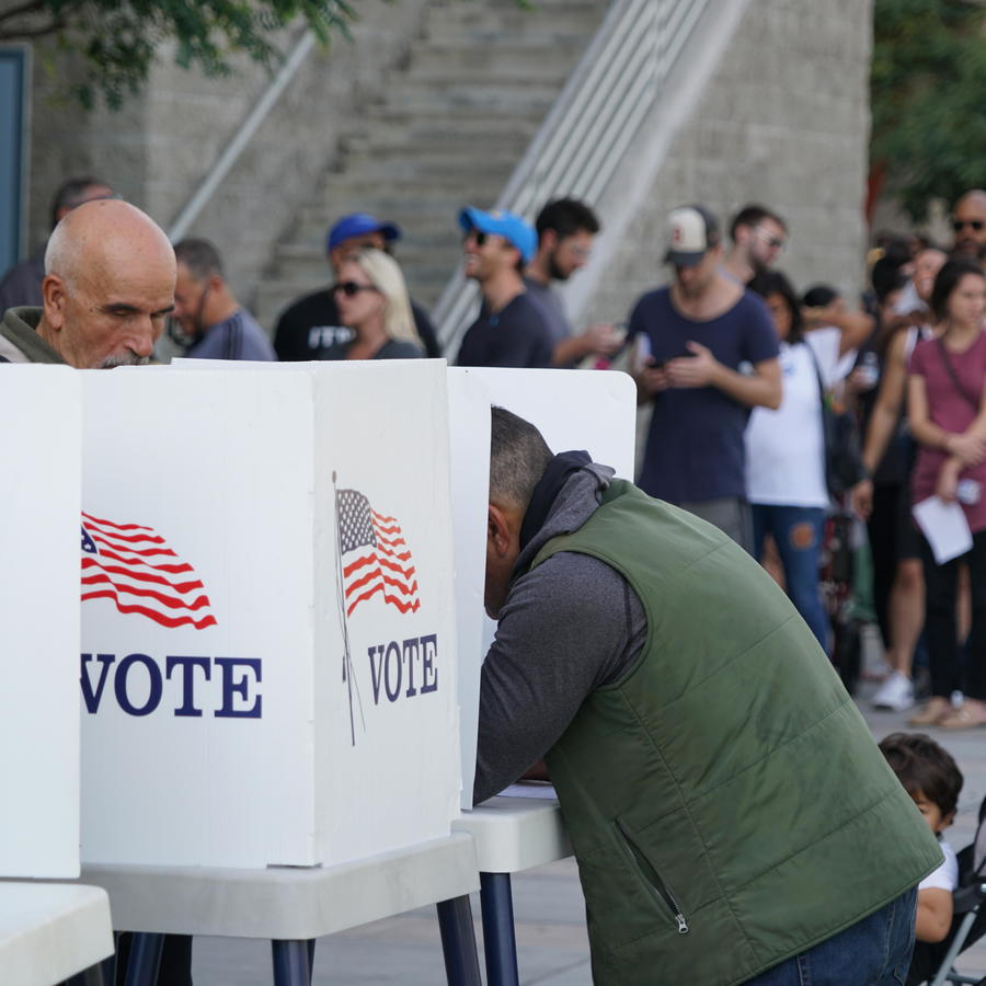 Los residentes de Los Ángeles ejercen su derecho al voto anticipado en Culver City.