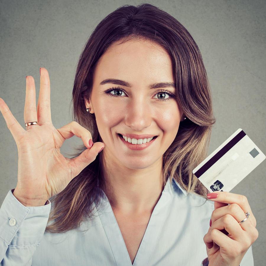 Mujer con tarjeta de crédito, signo de OK