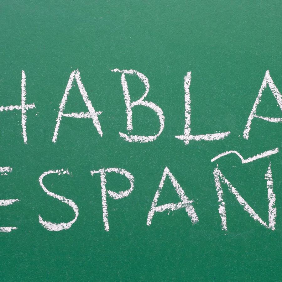 Pizarra con mensaje en español