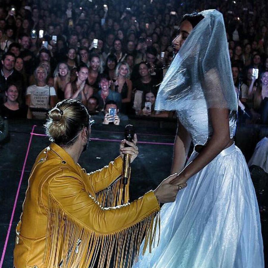 Maluma con fan vestida de novia