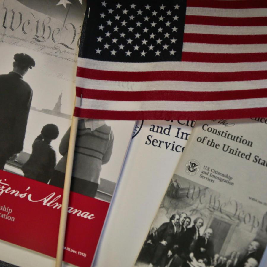 Contitución de EEUU y una bandera en una imagen de archivo
