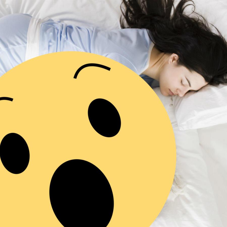 Mujer durmiendo y emoji sorpresa