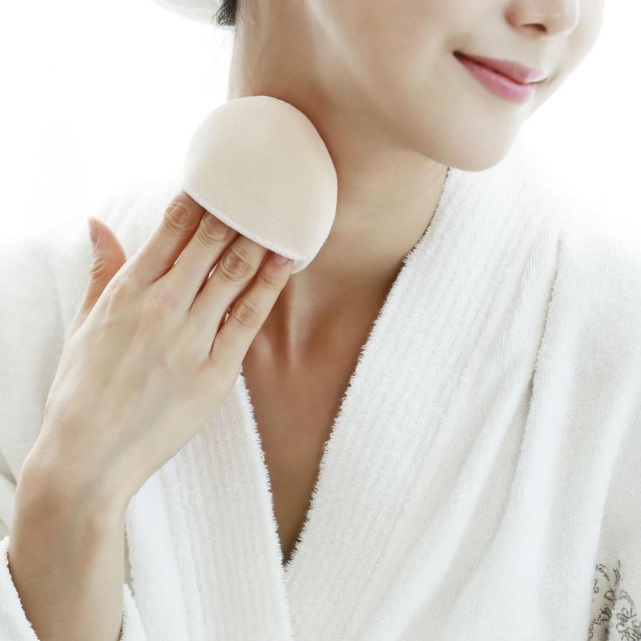 Mujer maquillándose el cuello