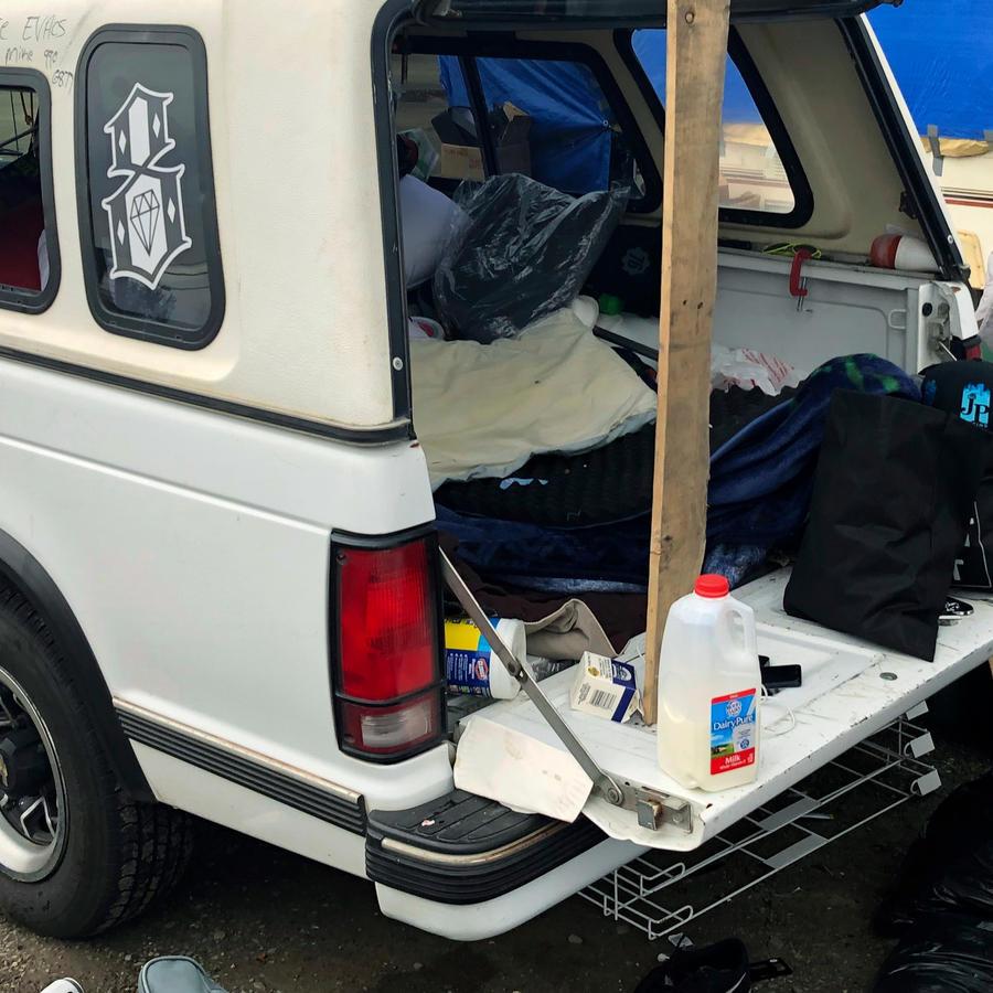 Uno de los damnificados por los incendios de California convirtió su carro en su vivienda