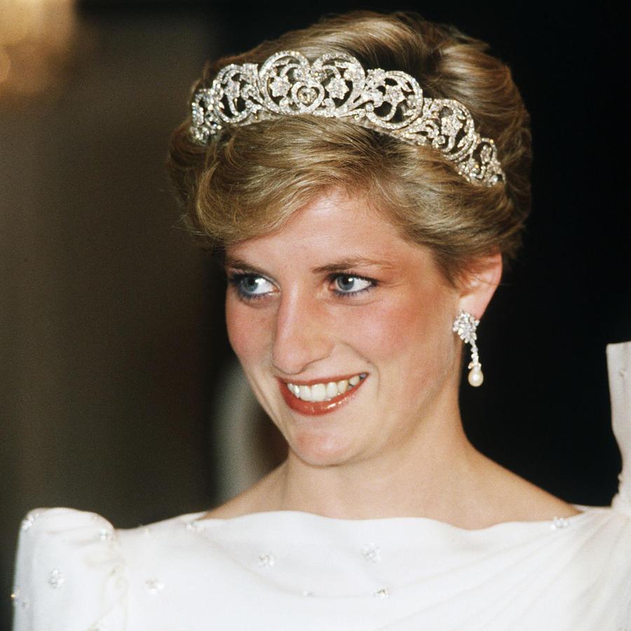 Princesa Diana luce vestido blanco