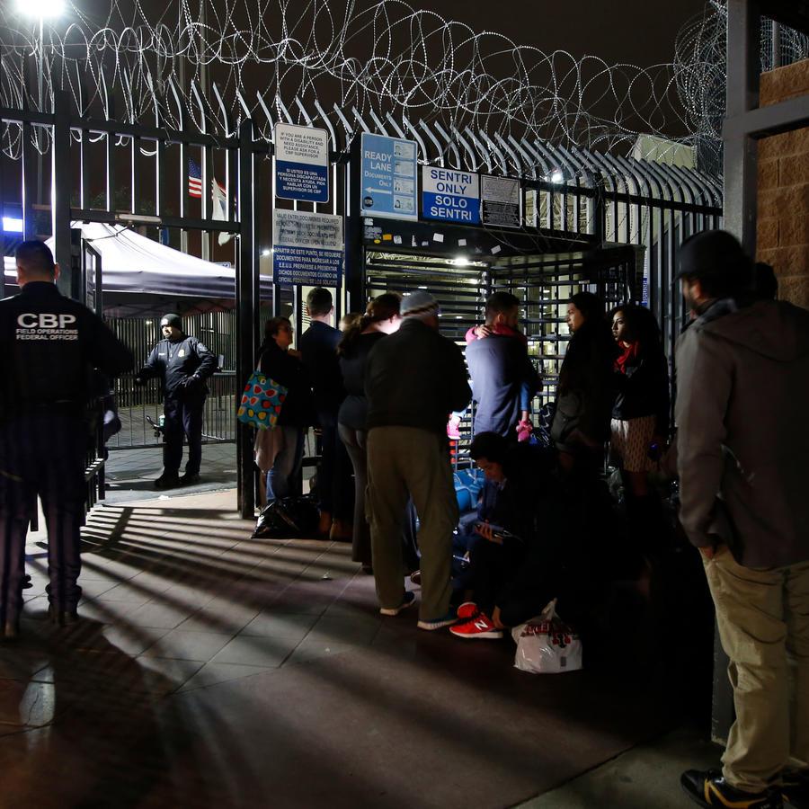 Inmigrantes se preparan para pedir en EEUU mientras hacen fila frente a la garita de Otay Mesa en San Diego California el 17 de diciembre de 2018