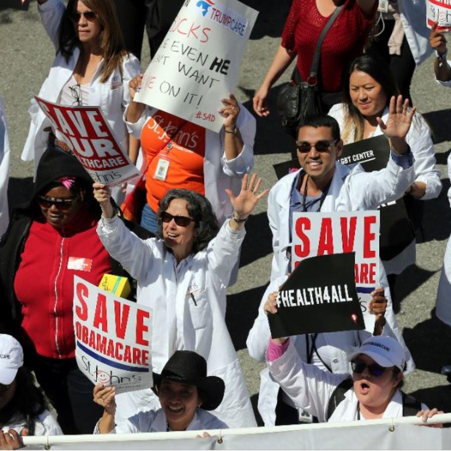 Cientos de personas protestan en el centro de Los Ángeles contra el plan del presidente Donald Trump de desmantelar Obamacare en marzo de 2017.