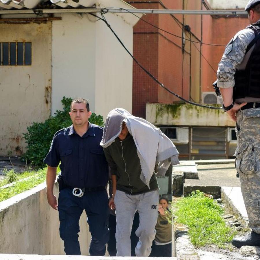Uno de los cinco jóvenes detenidos por la presunta violación de una adolescente de 14 años es llevado este miércoles al camión policial tras presar declaración en Mar del Plata (Argentina).