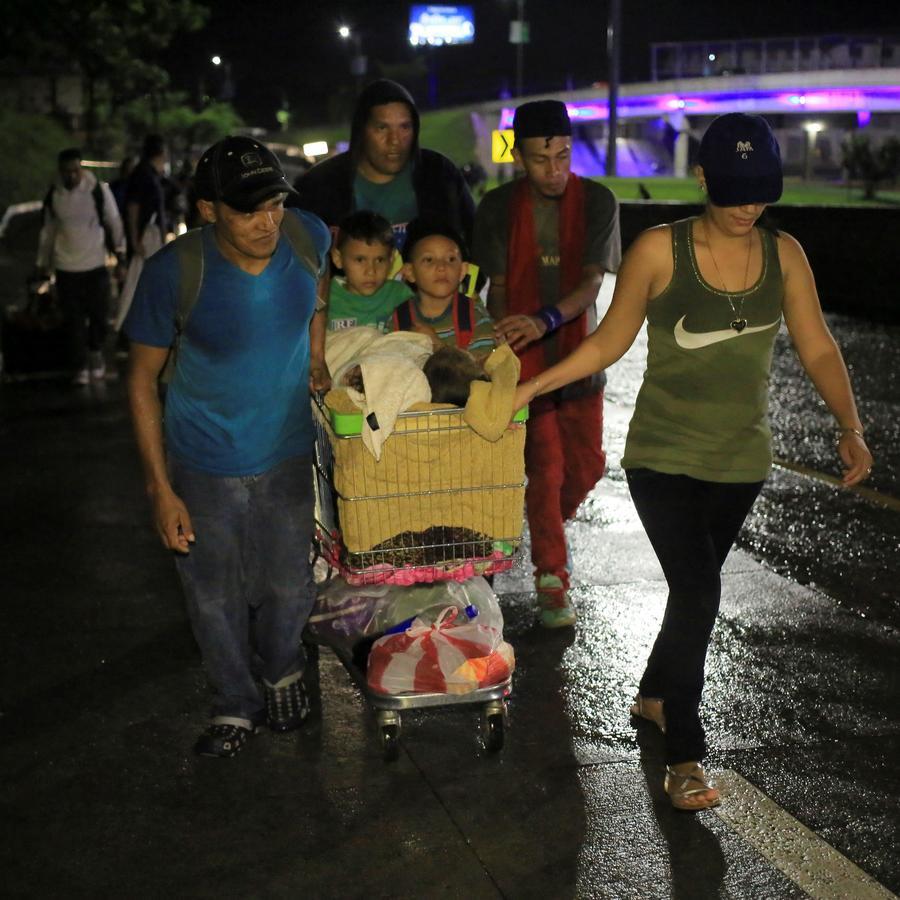 Grupos de ciudadanos hondureños han salido este lunes en caravana de la ciudad de San Pedro Sula (Honduras).