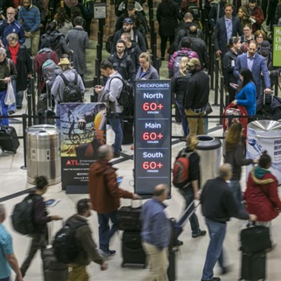 Filas para pasar controles seguridad en el Aeropuerto Internacional Hartsfield-Jackson en Atlanta el lunes