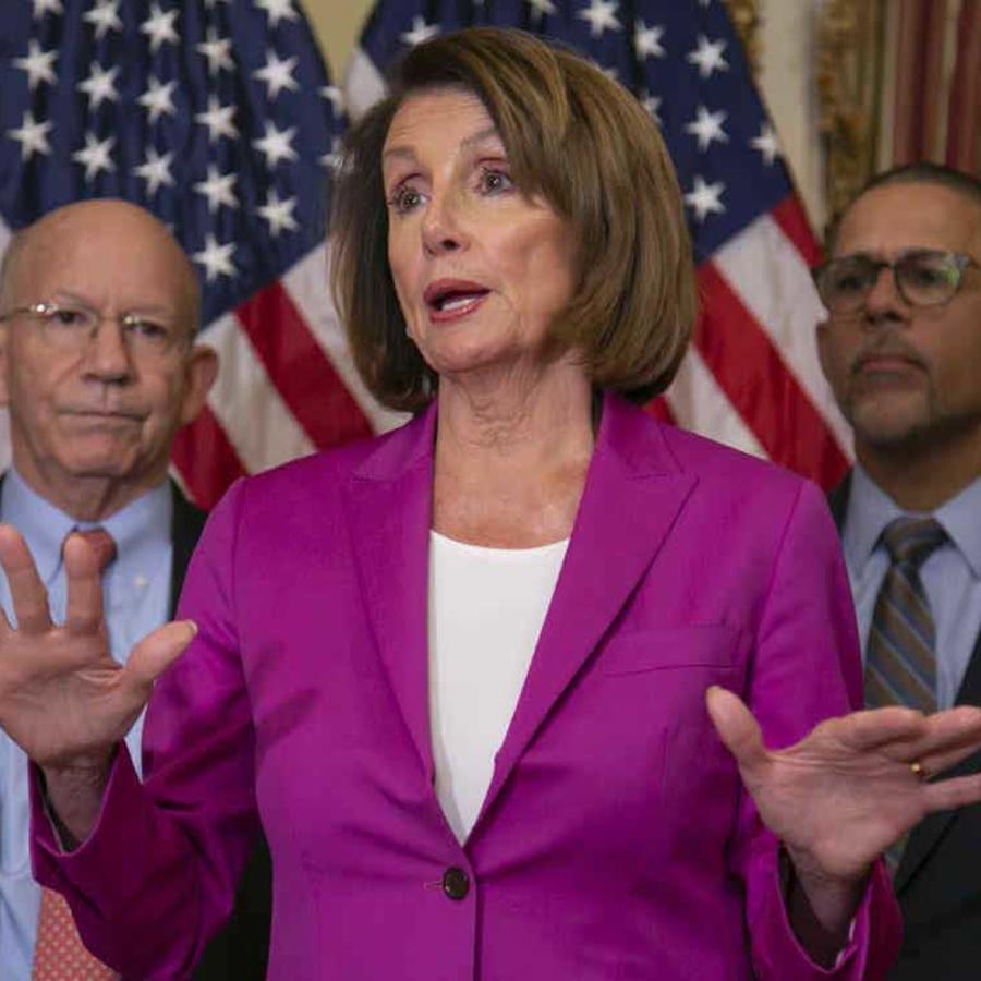 La presidenta de la Cámara Baja del Congreso Nancy Pelosi, demócrata por California, habla con reporteros en el Capitolio el 11 de enero de 2019