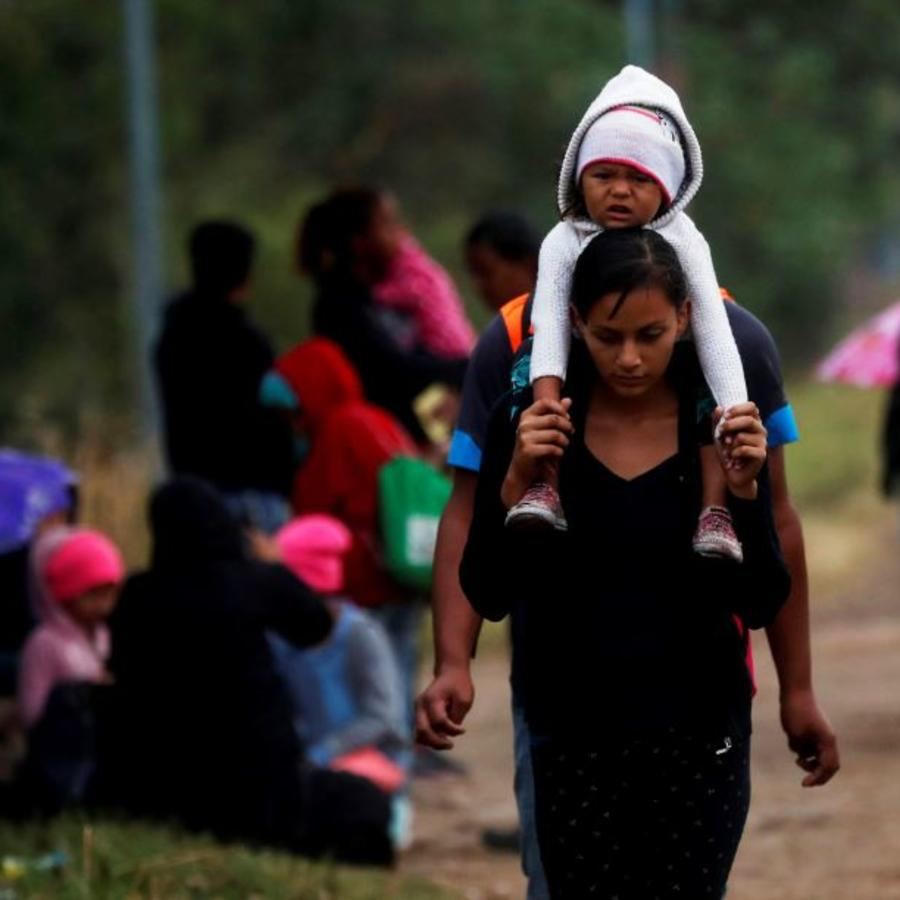 La caravana de migrantes hondureños que se dirige a Estados Unidos y que logró pasar con documentos la aduana de Agua Caliente, continúa este miércoles su caminata hacia Ciudad de Guatemala (Guatemala).