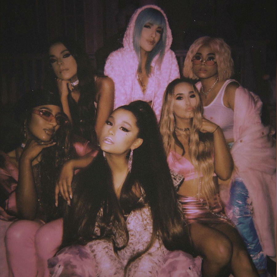 "Ariana Grande con las chicas del video ""7 Rings"""