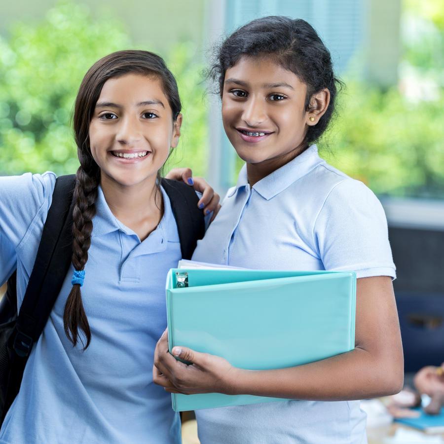 Alumnas reunidas conviviendo en escuela