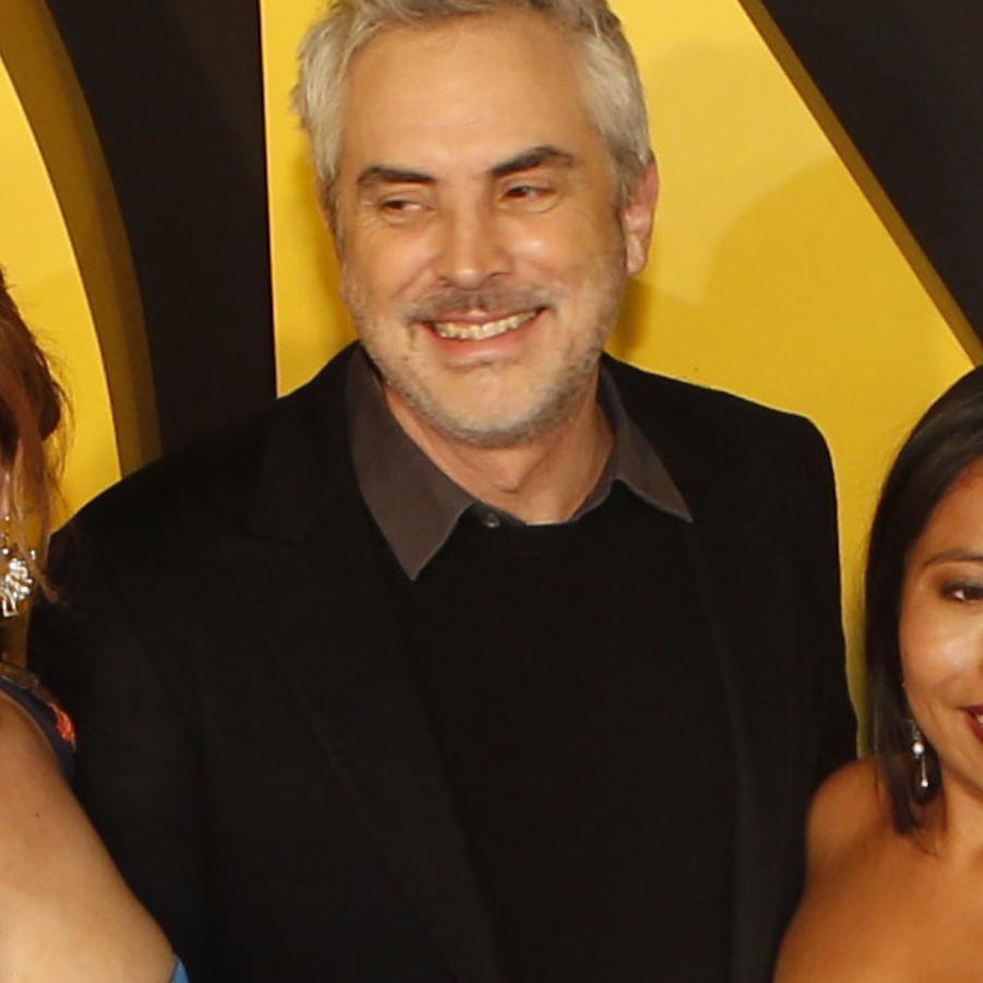 El director mexicano de la película Roma, Alfonso Cuarón, la actriz protagonista de la cinta Yalitza Aparicio (der.) y la actriz de reparto de la obra Marina de Tavira (izq.)