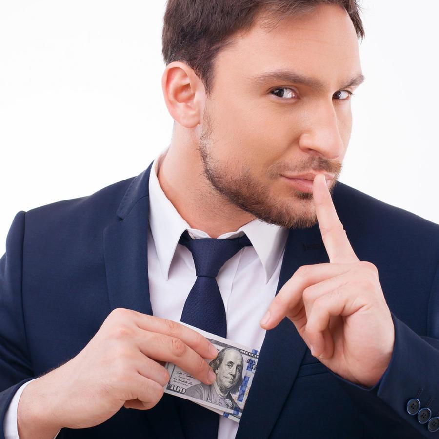 Hombre escondiendo dinero