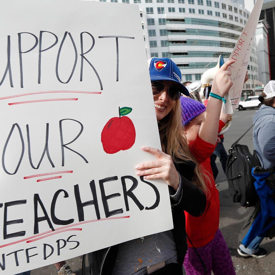 Maestros de Denver se manifiestan para pedir mejoras salariales