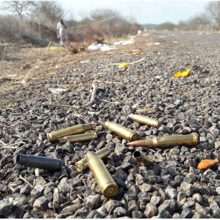 Foto de archivo de julio de 2017 muestra carcasas de balas gastadas en una carretera después de que las autoridades informaran de un tiroteo cerca de la playa de Mazatlán, Sinaloa, México. La violencia se incrementó tras la captura y extradición de Joaquí