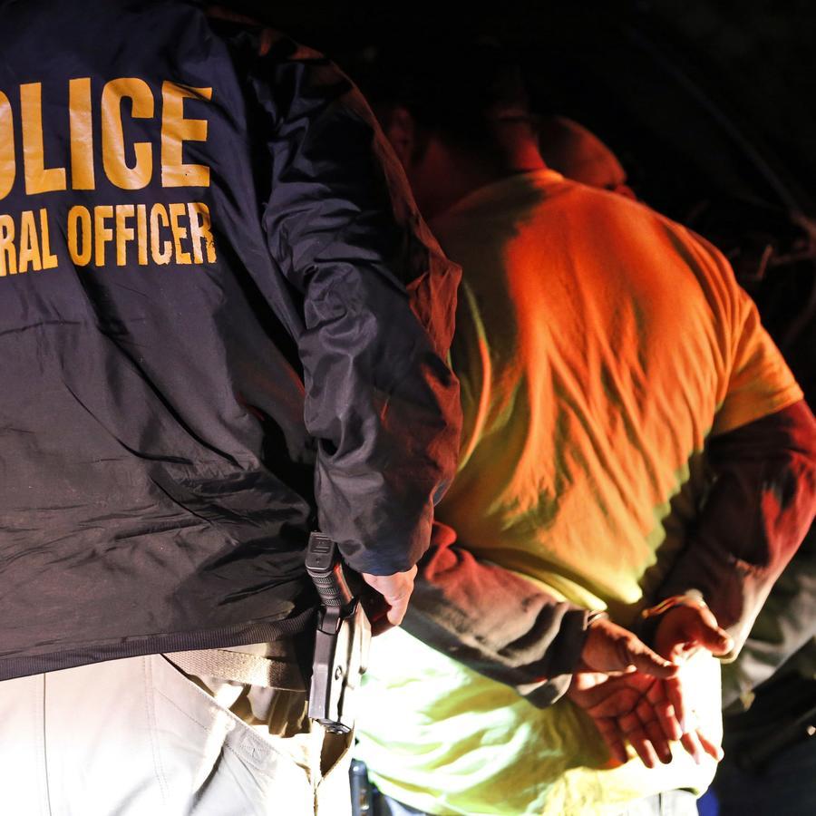 Fotografía de archivo de una redada de agentes del Servicio de Inmigración y Aduanas