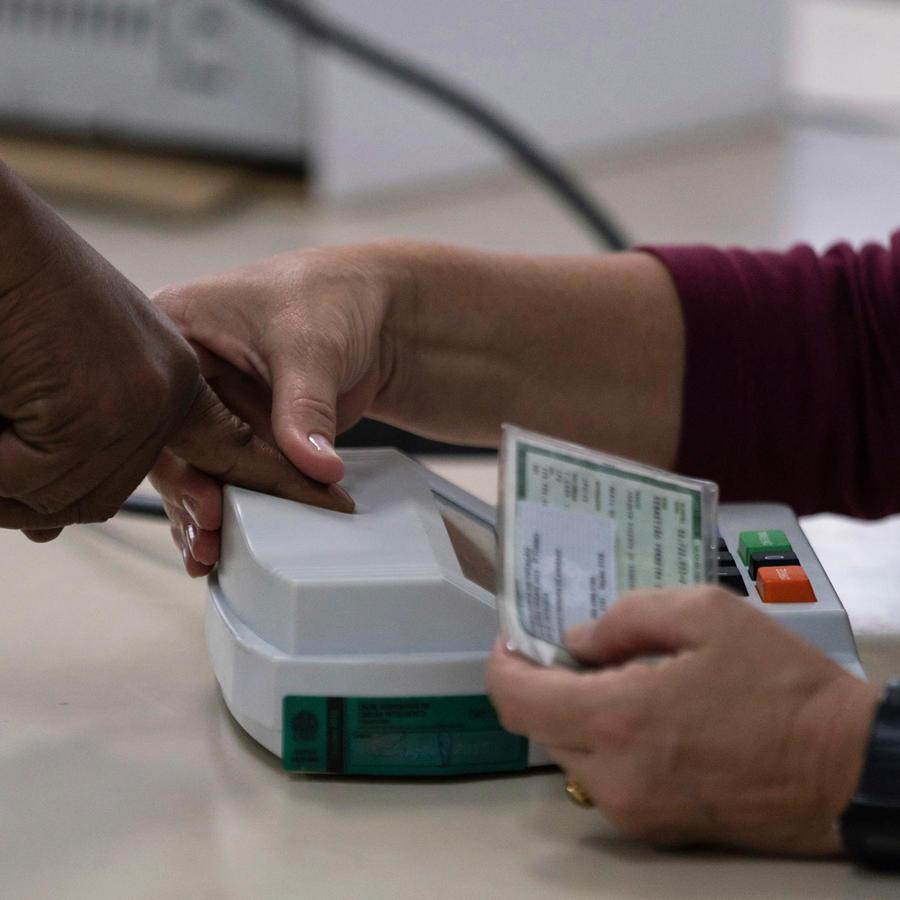 Una persona toma huellas dactialres en una imagen de archivo