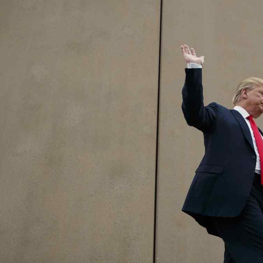 El presidente Donald Trump recorre los prototipos de paredes fronterizas de EEUU-México el pasado marzo en San Diego.