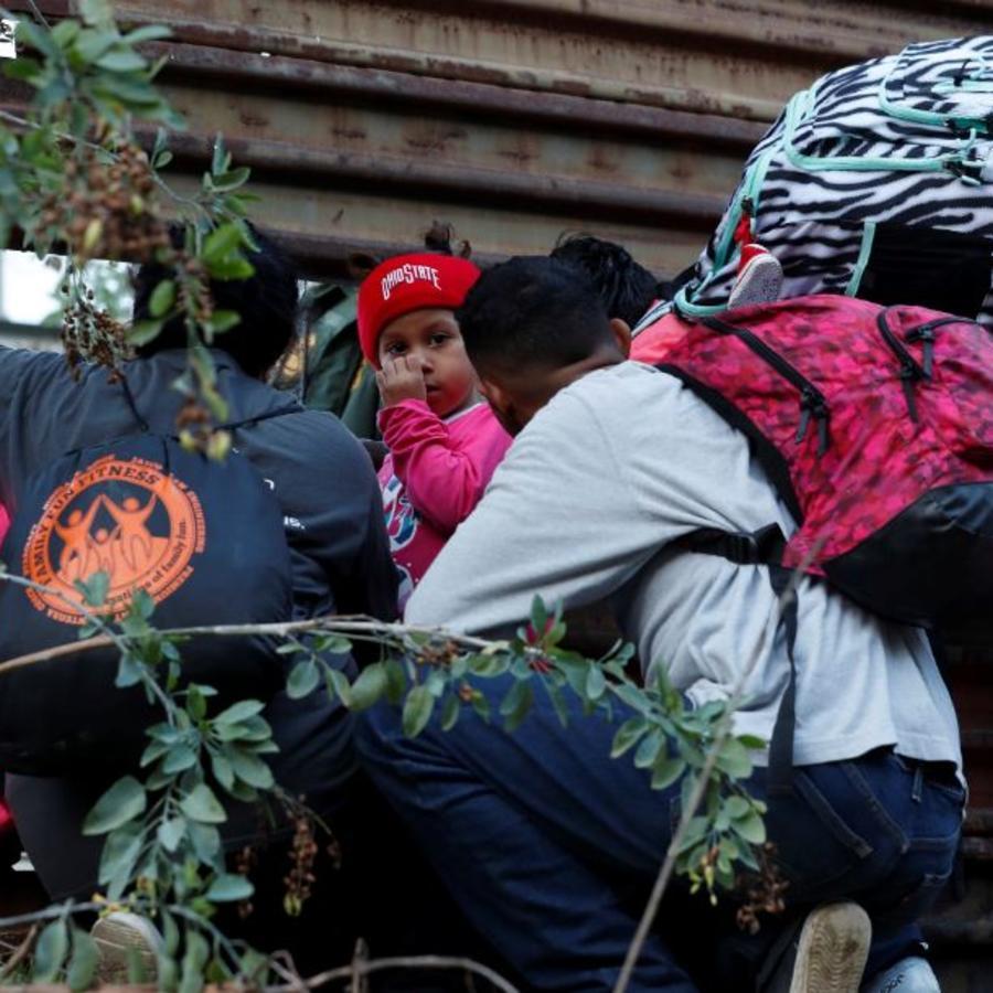 Migrantes hondureños intentan cruzar el muro fronterizo de EE. UU. desde Tijuana, México, el pasado sábado 15 de diciembre de 2018.