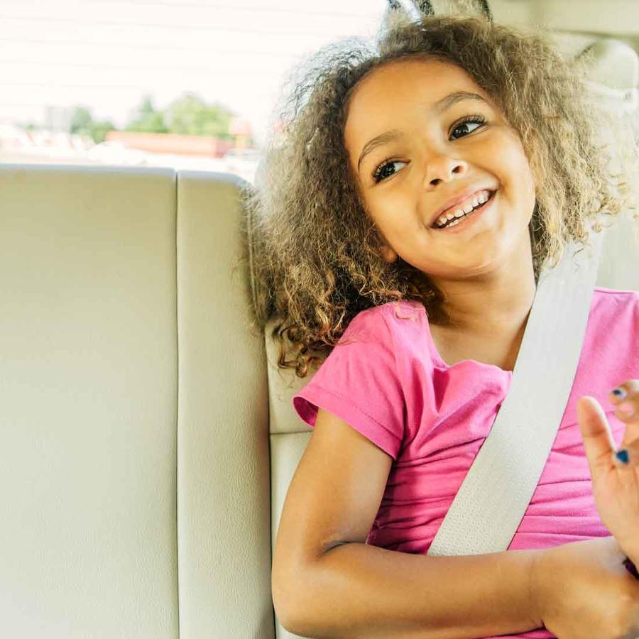 Niña con cinturón de seguridad