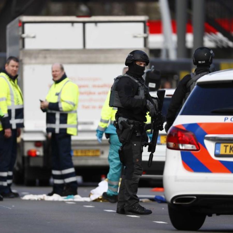 Miembros de los servicios de emergencias acuden a la plaza del 24 de Octubre, donde varias personas han resultado heridas este lunes en un tiroteo, en la zona oeste de Utretch, Holanda.