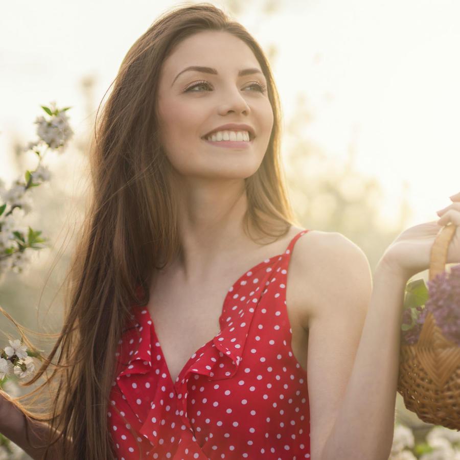 Mujer en un jardín concerezos