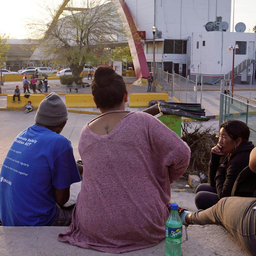 Solicitantes de asilo esperan en la frontera entre México y EEUU