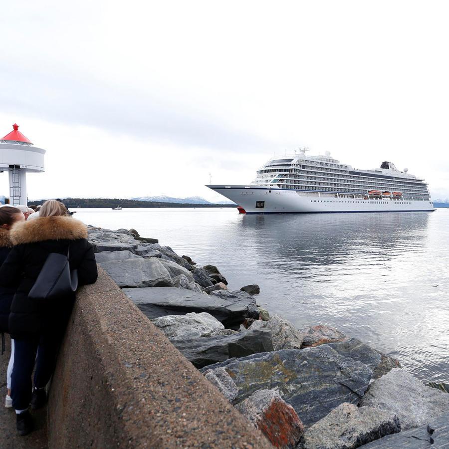 Crucero Viking Sky llegando al puerto.