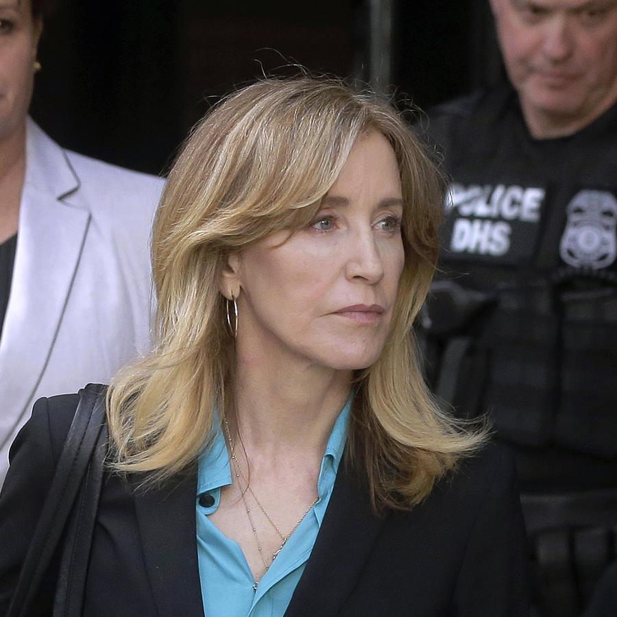 En esta fotografía de archivo la actriz Felicity Huffman llega a una corte federal en Boston para enfrentar cargos en un escándalo nacional de sobornos en los exámenes de admisión de las universidades
