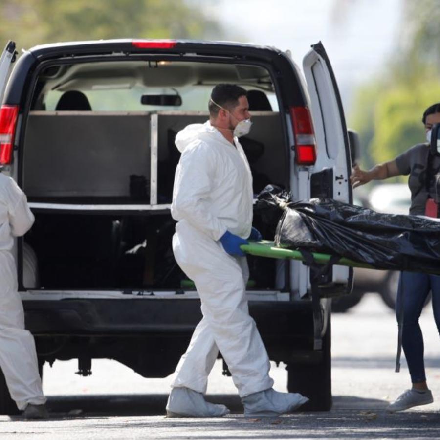 Expertos forenses exhuman este domingo los cuerpos hallados una fosa clandestina, en una finca de la ciudad de Guadalajara, estado de Jalisco (México).