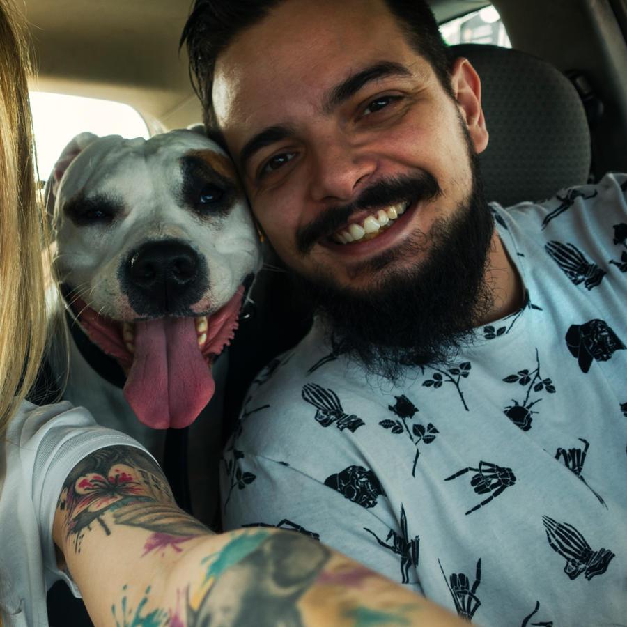 Pareja con perro en el automóvil