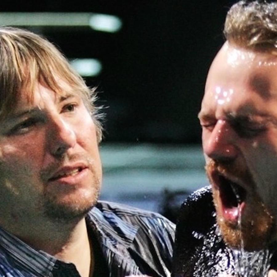 En la imagen de 2007 se observa a John Bishop bautizando a un congregante