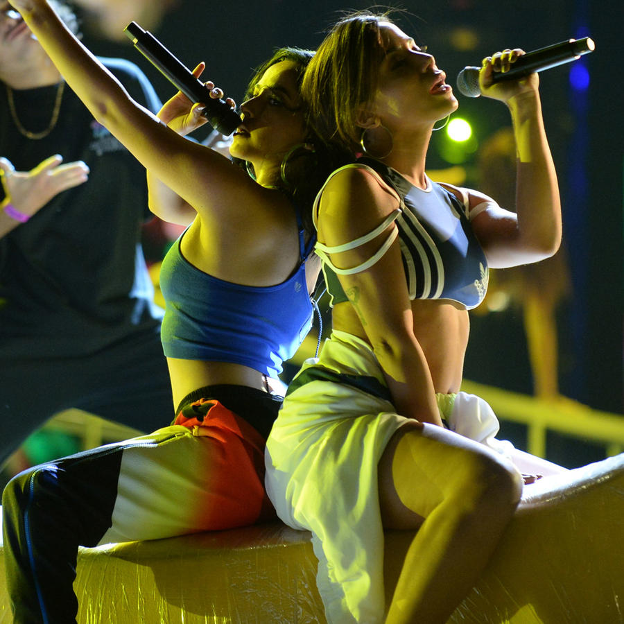 Anitta con Becky G en el video de Banana