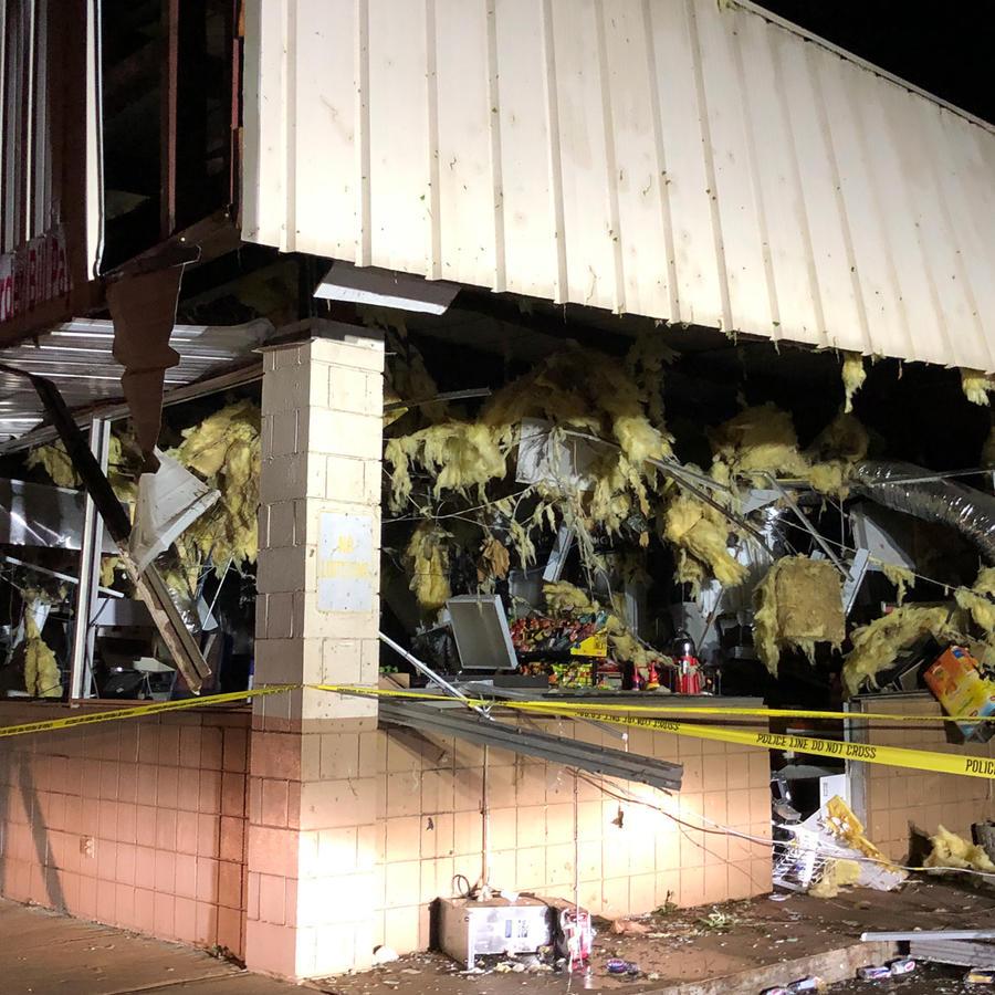 Una tienda destrozada por el tornado que golpeó anoche San Agustine en Texas
