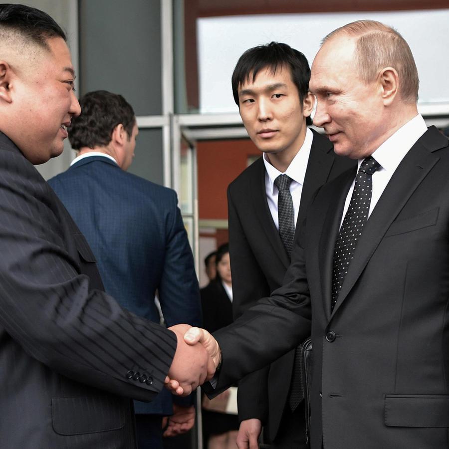 El presidente de Rusia, Vladimir Putin, saluda al líder norcoreano Kim Jong Un hoy