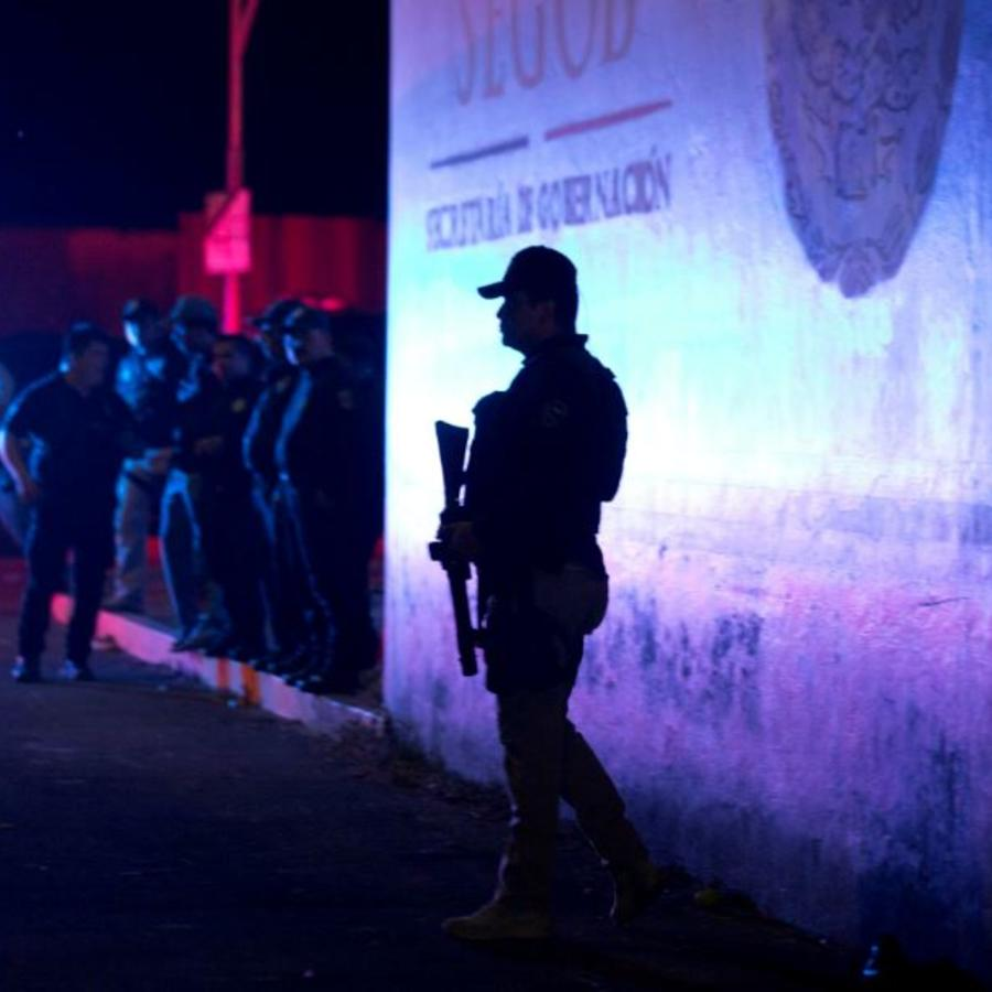 Un oficial de la Policía Federal mexicana monta guardia este jueves frente a un centro de detención de inmigrantes en Tapachula, estado de Chiapas, México.