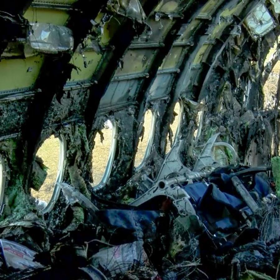 Foto tomada de un video distribuido por el Comité de Investigación de Rusia el lunes 6 de mayo de 2019, muestra los restos del avión de Aeroflot Airlines en el aeropuerto de Sheremetyevo.